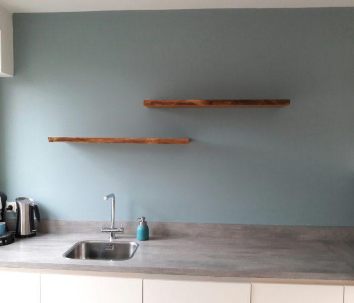 Zwevende houten wandplank